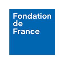 Logo Fondation de France – Dans un carré tout bleu, Fondation de France est écrit sur trois lignes en lettre d'imprimerie blanche.