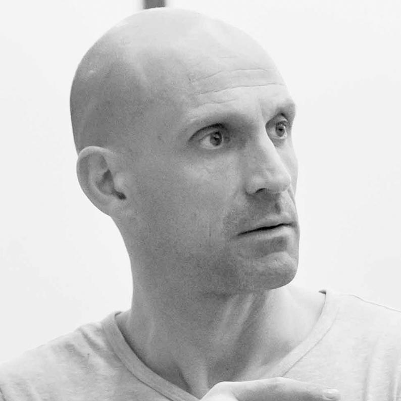 Gaël LÉPINGLE - Secrétaire de l'association Les Yeux Dits - Réalisateur. Gaël Lépingle, la quarantaine, a le visage anguleux, le crâne lisse et régulier, un regard sombre et volontaire.