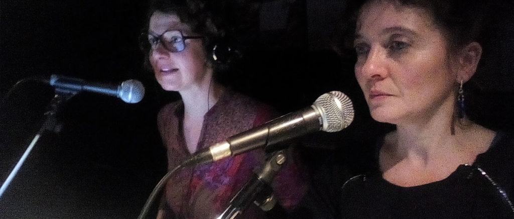 Dans la régie d'un théâtre, Séverine Skierski et Marie Gaumy décrivent les films en direct, assises côte à côte chacune derrière un micro.