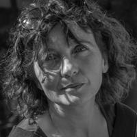 Marie GAUMY - Audiodescriptrice - artisan de l'accessibilité sur des missions ponctuelles. Marie Gaumy a une quarantaine d'années, les cheveux mi-longs bouclés, le visage rond, le regard doux.