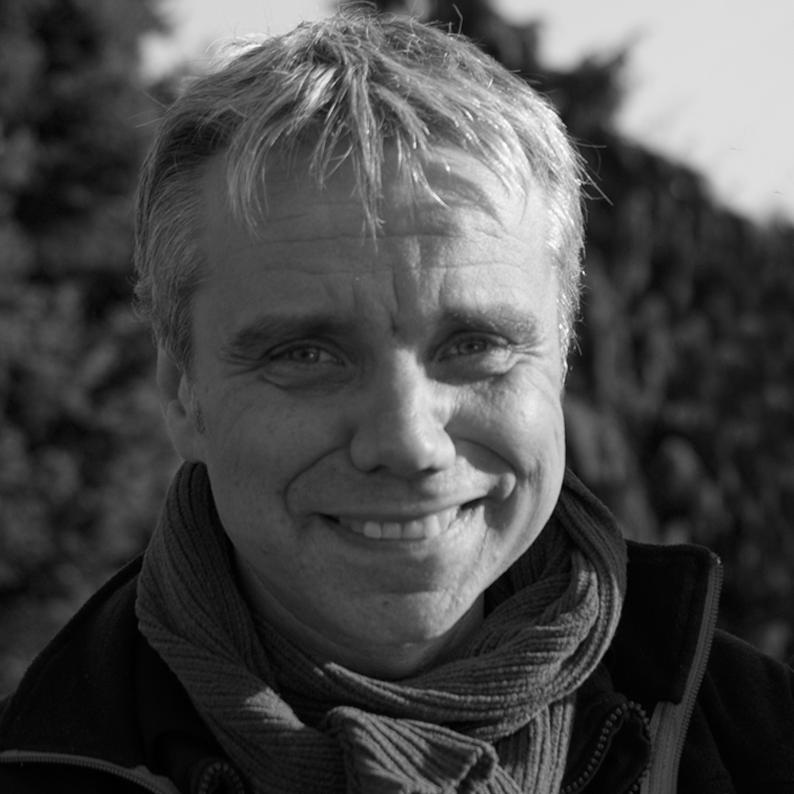 Jean-Cristophe LEFORESTIER - Audiodescripteur, chef-opérateur et réalisateur - artisans de l'accessibilité sur des missions ponctuelles. Jean-Christophe Leforestier a des cheveux court, gris, méchés de blanc. Une frange lui couvre le front. Un large sourire illumine son visage.