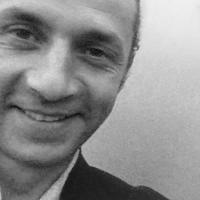 Sébastien RAIMONDI - Membre du Conseil d'administration de l'association Les Yeux Dits - éditeur. Un sourire, des yeux sombres, des petites rides en éventail au coin des paupières. De Sébastien Raimondi, on ne voit qu'un fragment de visage décadré dans la vignette circulaire où s'incruste sa photo.