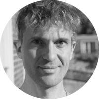 Yann CANTAIS - Chargé de communication sur le projet « 100 films patrimoniaux 100% accessibles » - artisan de l'accessibilité sur des missions ponctuelles. Regard décidé, fin sourire, Yann Cantais a une petite quarantaine d'années, les cheveux ras sur les côtés.